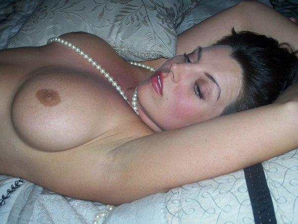 Обнаженная леди с темными волосами попозировала перед хахалем - порно фото