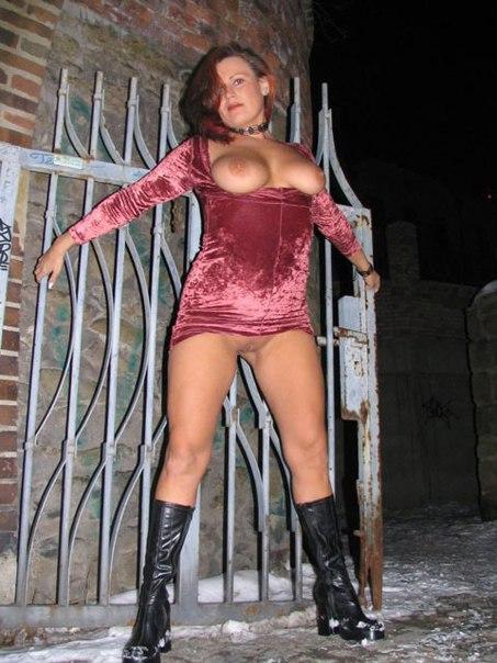 Пьяная баба ночью на ступеньках показывает сиськи - порно фото