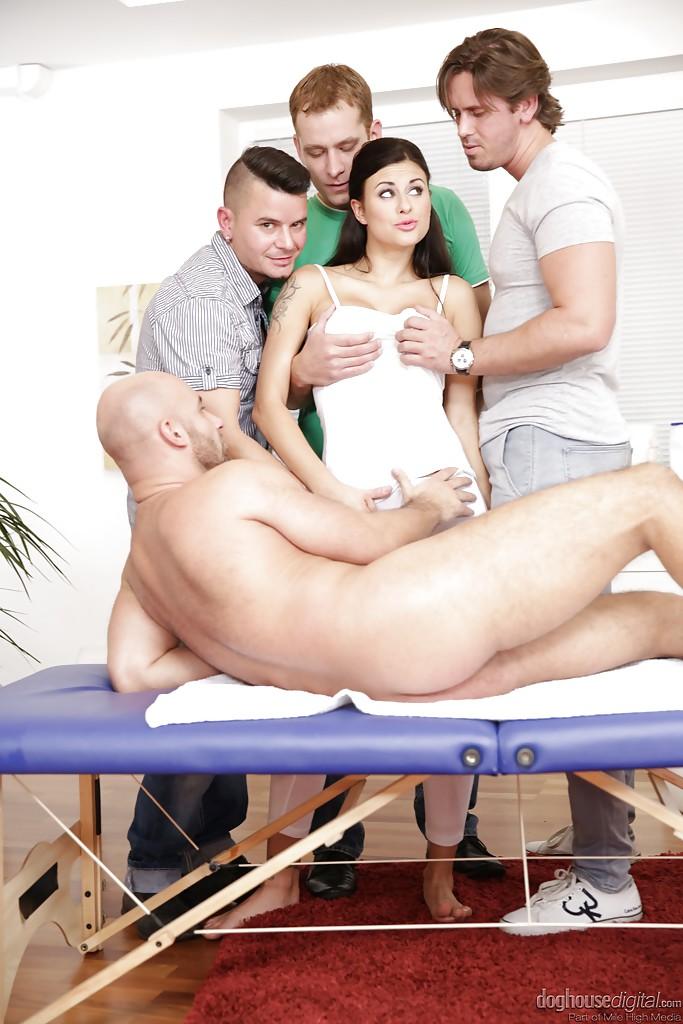 Billie Star принимает в себя сразу несколько членов - порно фото