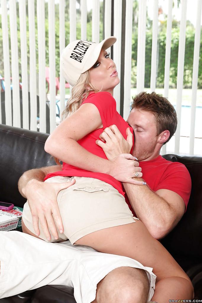 Britney Brooks доставила пиццу в офис и отдалась заказчику - порно фото