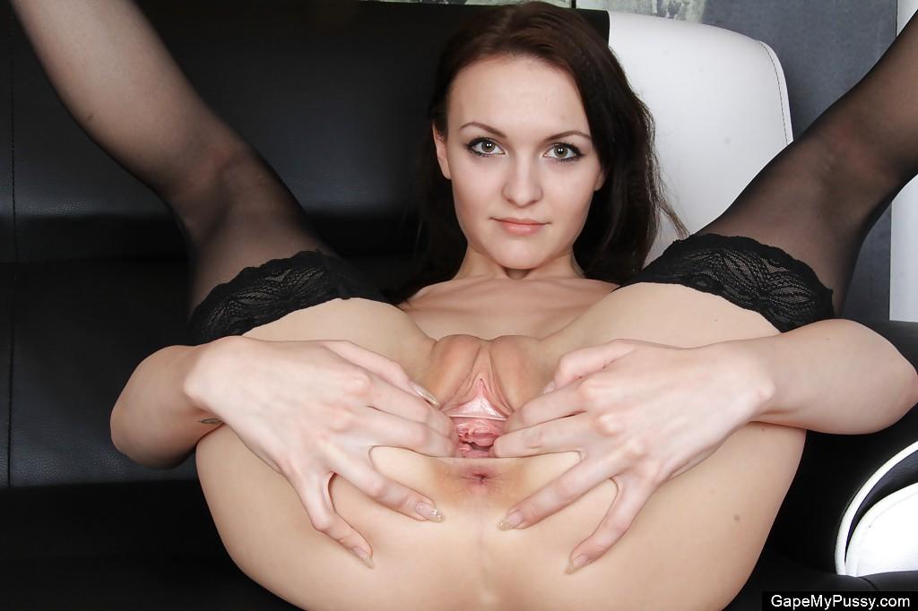 Красотка Belle растягивает пальчиками свою розовую щель - порно фото