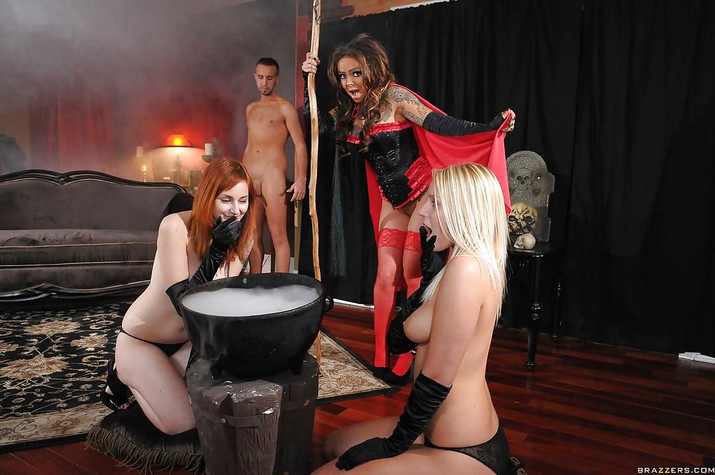Ведьмочка Julia Bond в красных чулочках приворожила мужика - порно фото