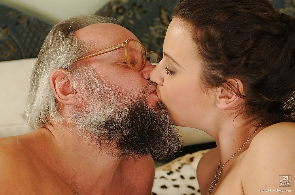 Молодуха кутит со зрелым мужчиной - порно фото