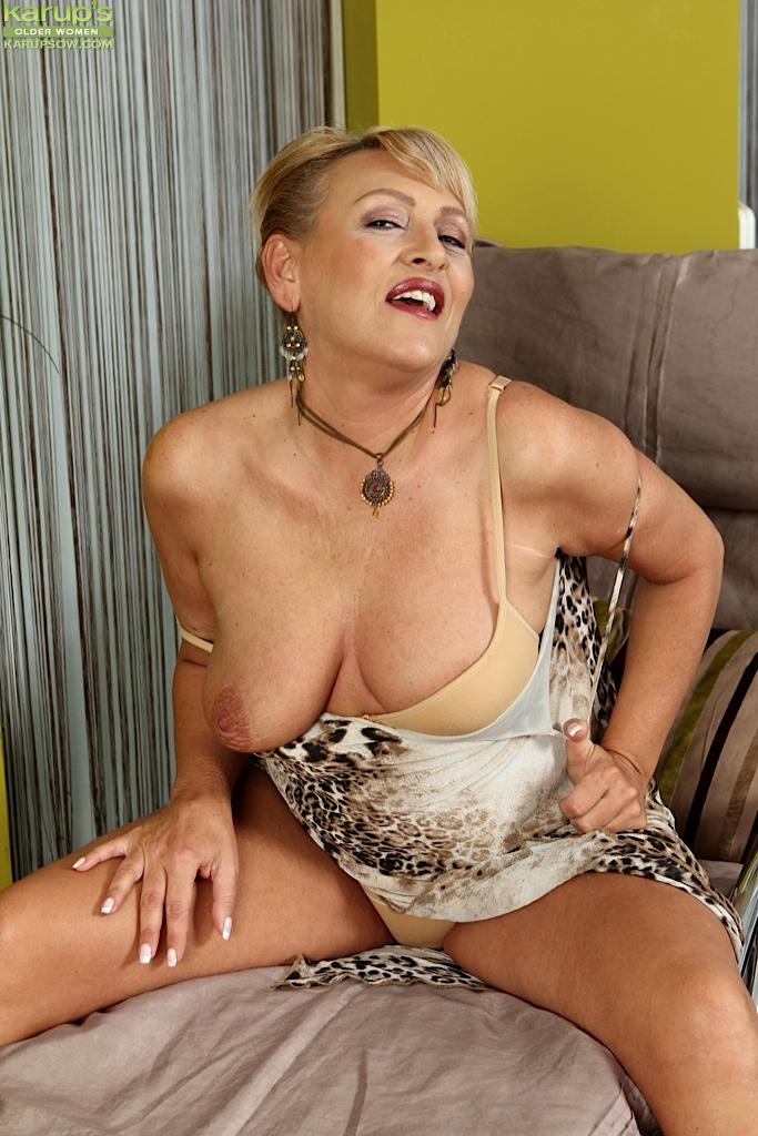 Зрелая дамочка соблазняет молоденького соседа - порно фото