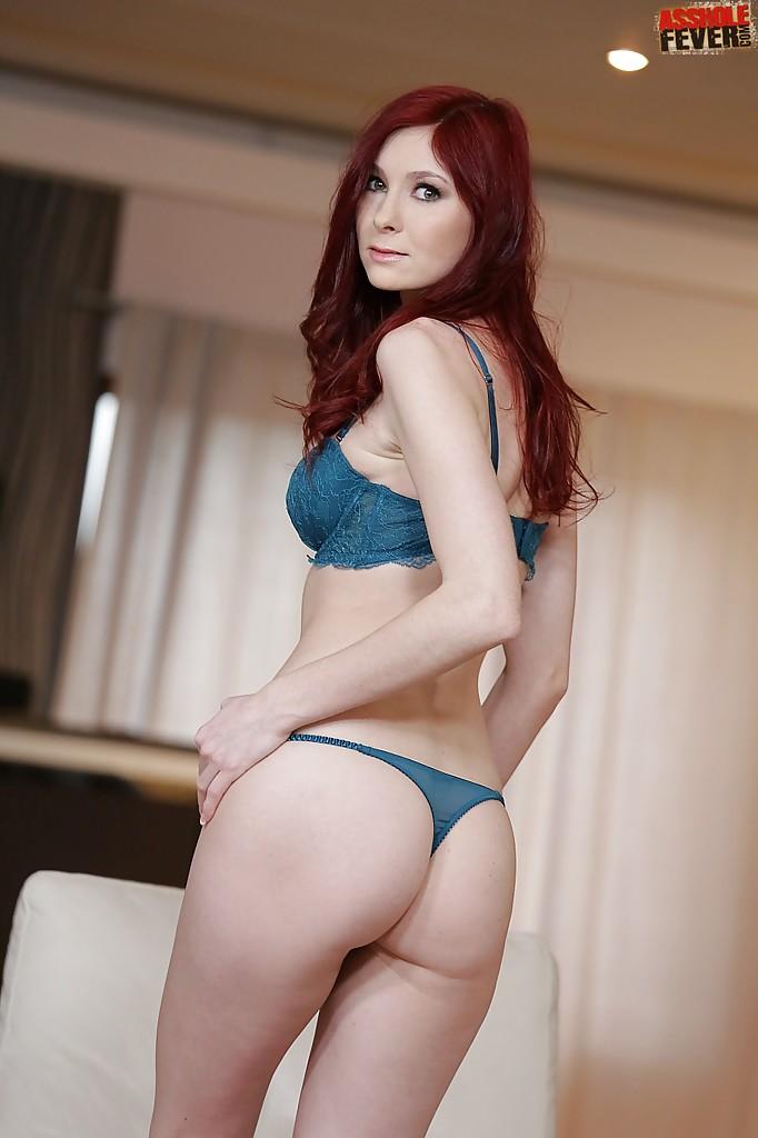 Рыжеволосая модель станцевала стриптиз для друга - порно фото