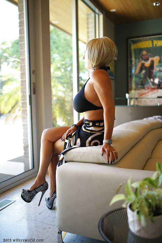 Зрелая дама Сандра Оттерсон разделась в своем доме - порно фото
