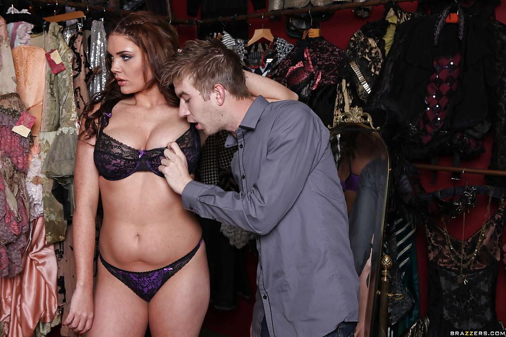 Актриса трахнулась с коллегой в гримёрке - порно фото