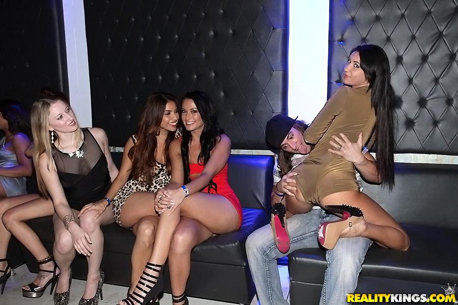 Горячие студентки оторвались на секс-вечеринке - порно фото