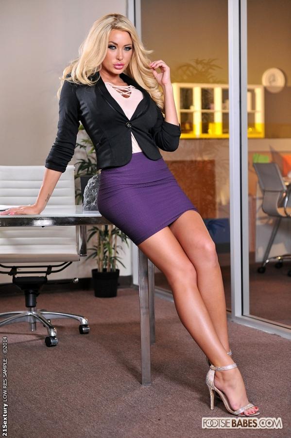 Руководительница Summer Brielle ловко скачет на длинном пенисе - порно фото