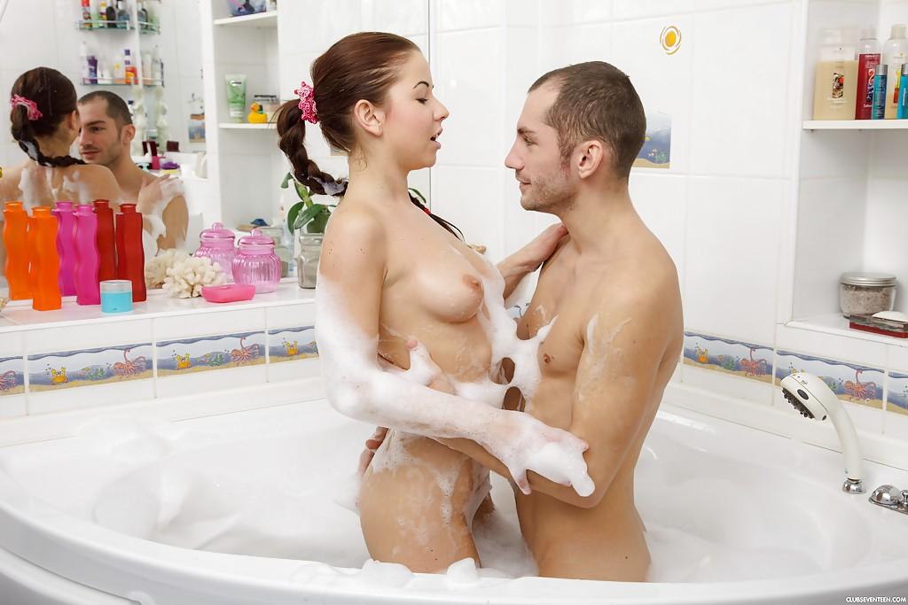 Молодые любовники трахнулись в джакузи - порно фото