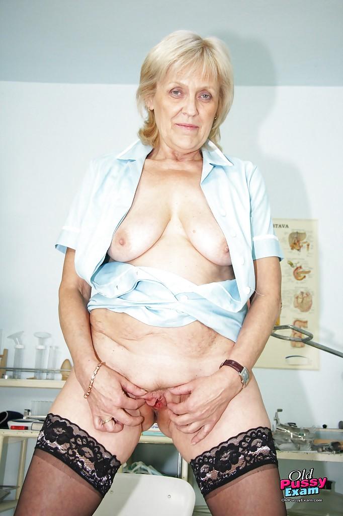 Пожилая докторша раздвигает ноги - порно фото
