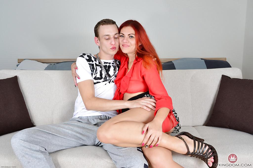 Жаркие любовники устроили потрахушки на мягком диване - порно фото