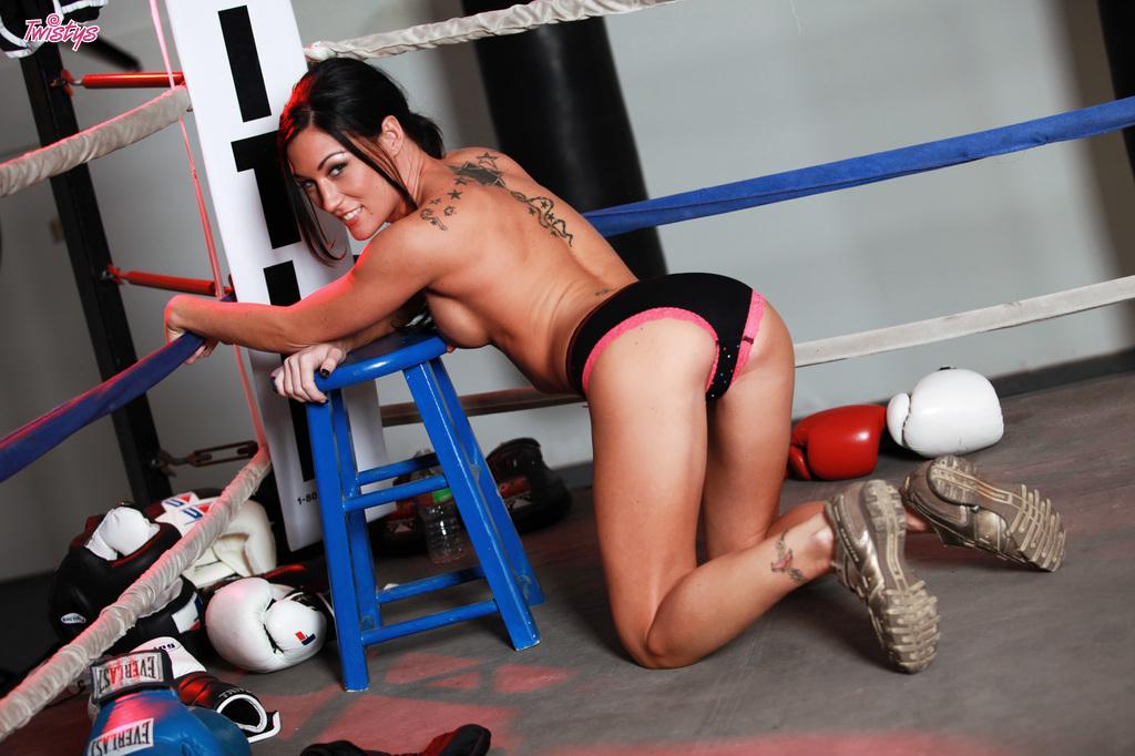 Боксерша обнажила прелести для своего тренера - порно фото