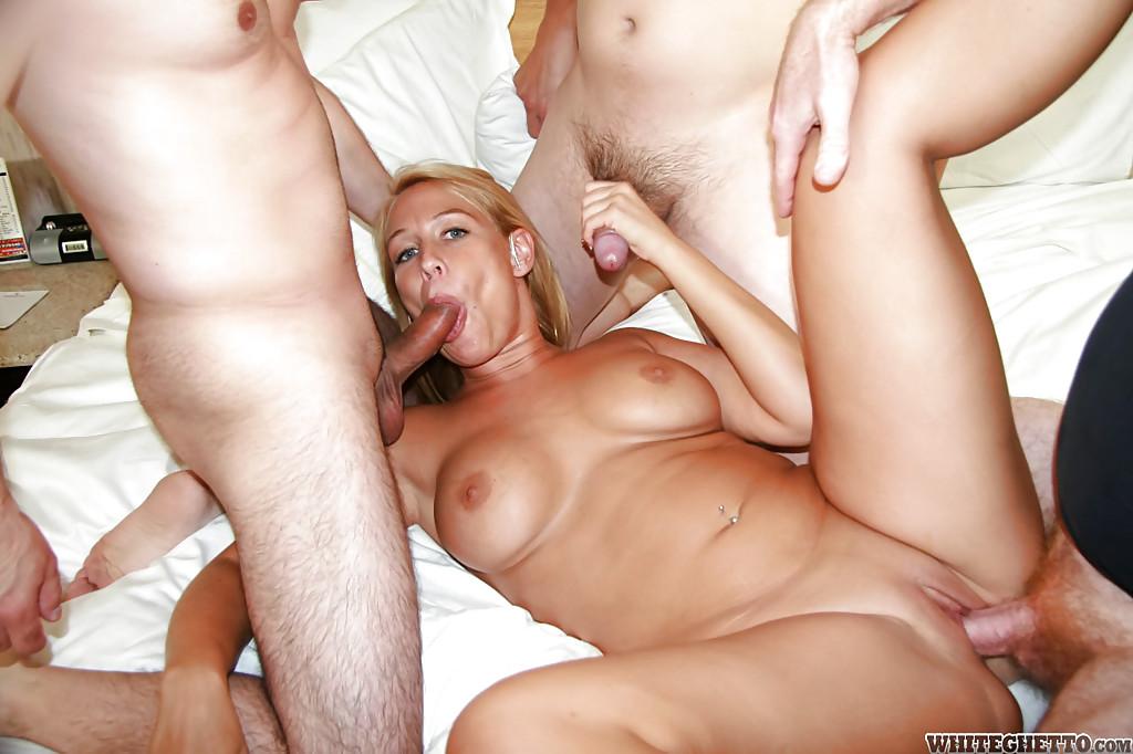 Блондинка обожает когда ее имеют несколько партнеров - порно фото