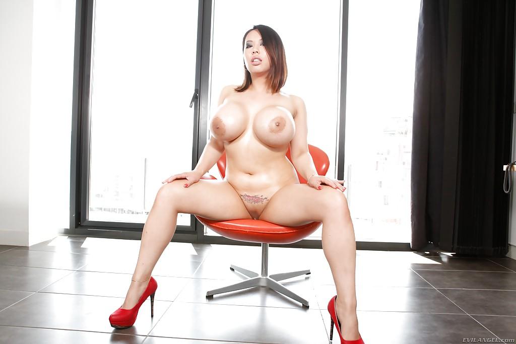 Сексапильная барышня показала большие сиськи и киску - порно фото