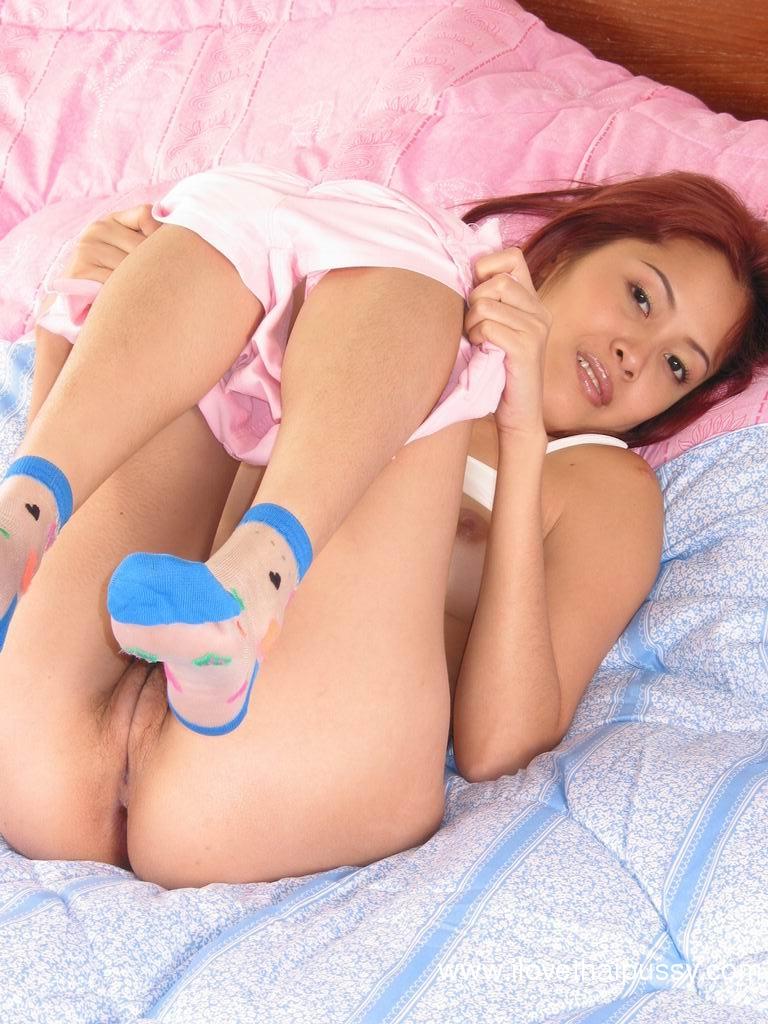 Игривая азиатка вгоняет секс игрушку в небритую щелку - порно фото