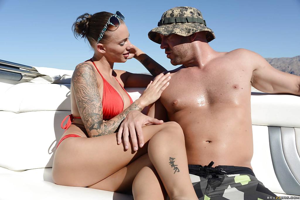 Грудастая чика умело сосет пенис на катере - порно фото