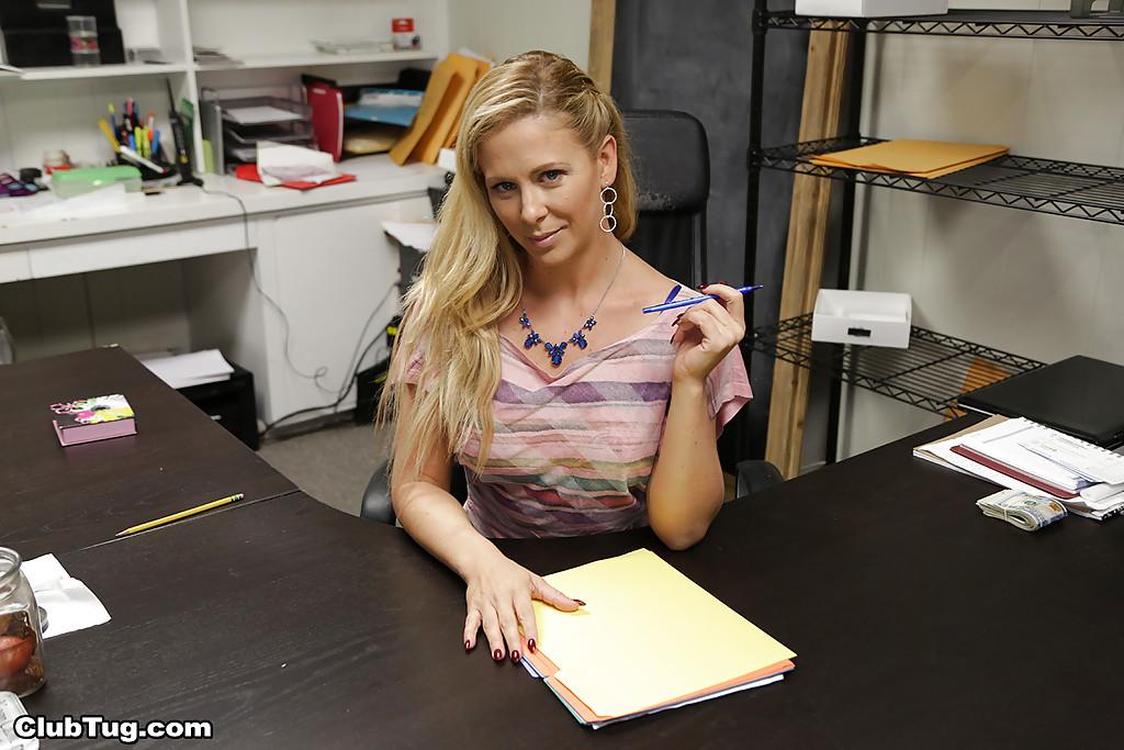 Блондинка оголилась на своем рабочем месте - порно фото