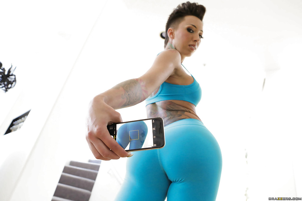 Роскошная латинка любуется оголенным телом - порно фото
