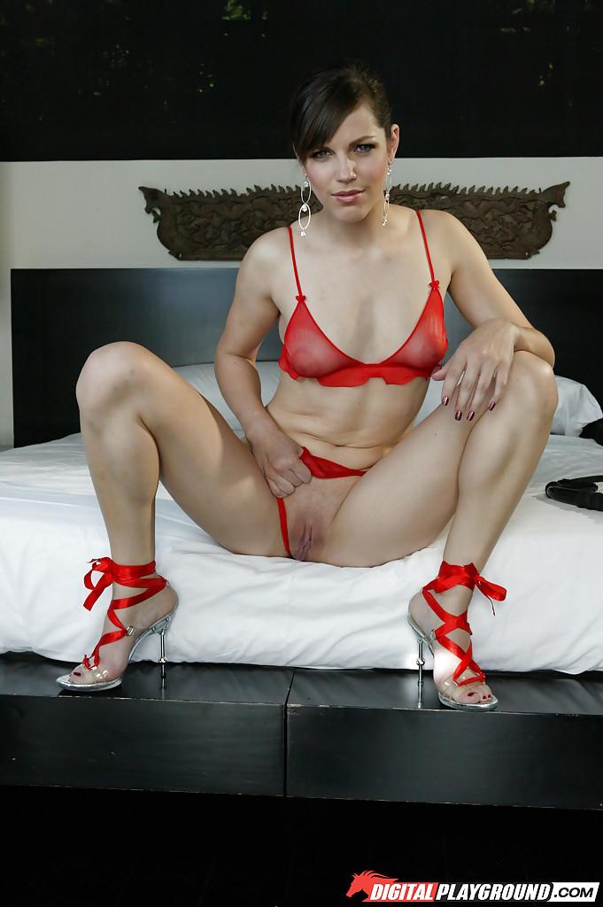 Надела красное белье и сверкнула гладко выбритой пилоткой - порно фото