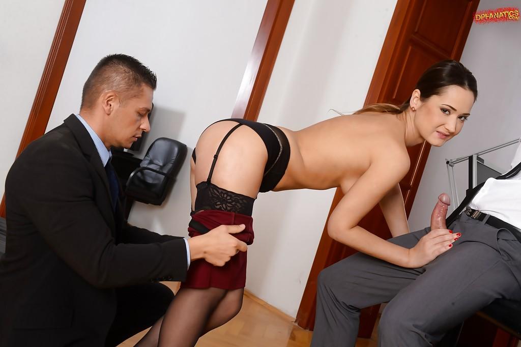 Сексапильная брюнетка подставила дырки для своих боссов - порно фото