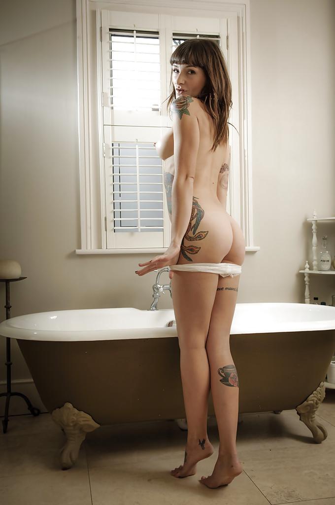 Красота с татуировками разделась в ванной комнате - порно фото