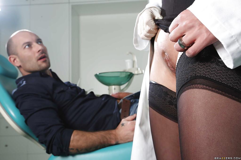 Развратная врачиха трахается в анальную и вагинальную дырки - порно фото