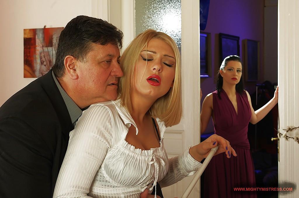 Брюнетка страстно оттрахала любовницу своего мужа - порно фото