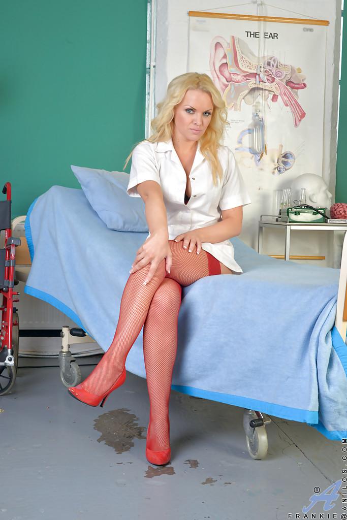 Грудастая медсестра расставила ноги и подставила пилотку для проникновения - порно фото
