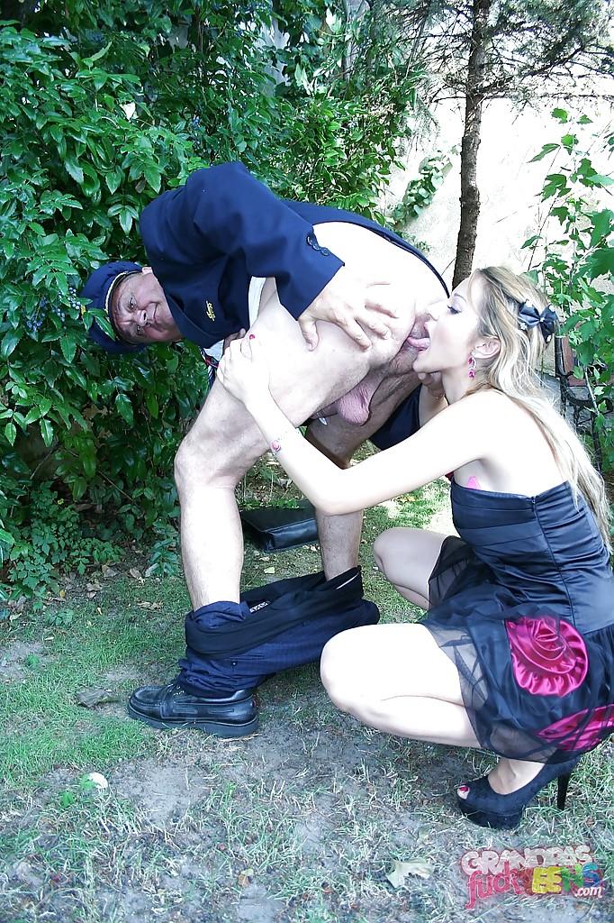 Зрелый ловелас трахнул милашку после оральных ласк - порно фото