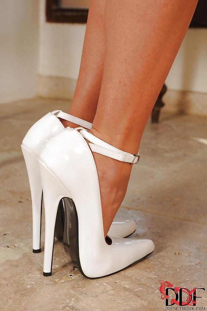 Фетишистка восхищается новыми туфлями и показывает киску - порно фото