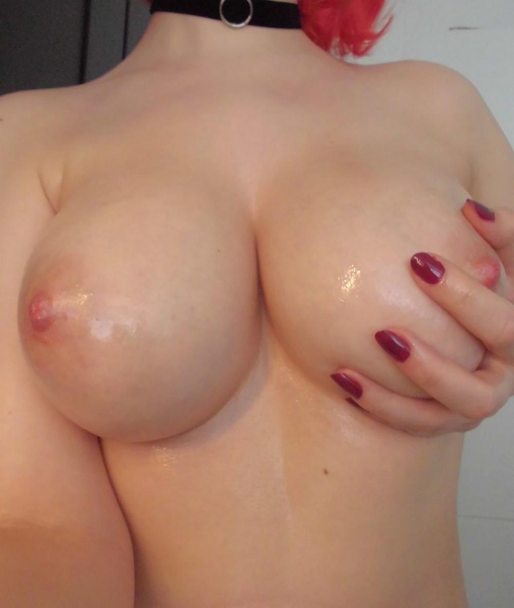 Обнаженные красотки светят своими пухлыми дойками - порно фото