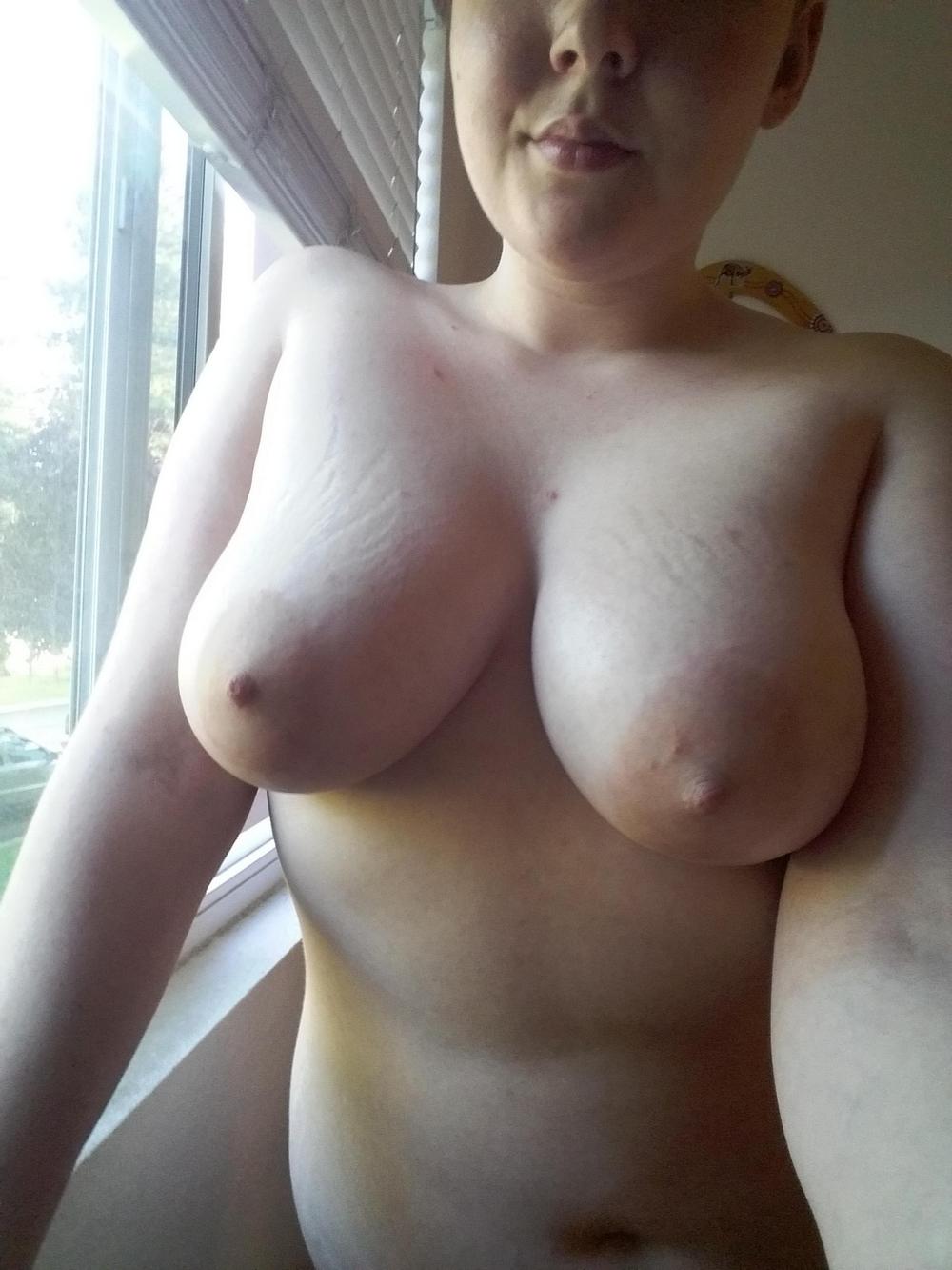 Толстая телочка обнажается перед камерой и светит мохнатой киской - порно фото