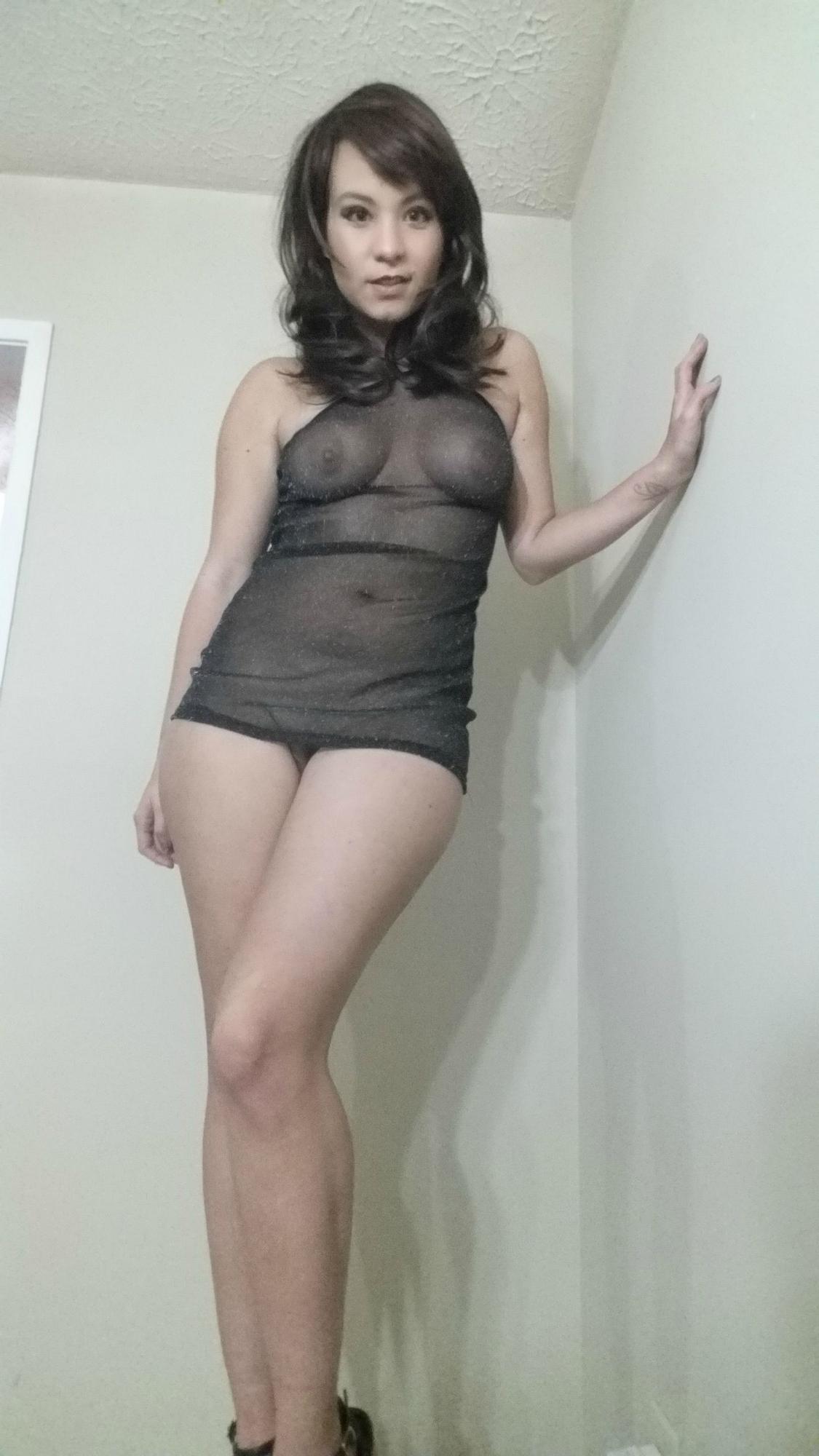 Красивая брюнетка с большой грудью сняла с себя трусики и показала голую пилотку - порно фото