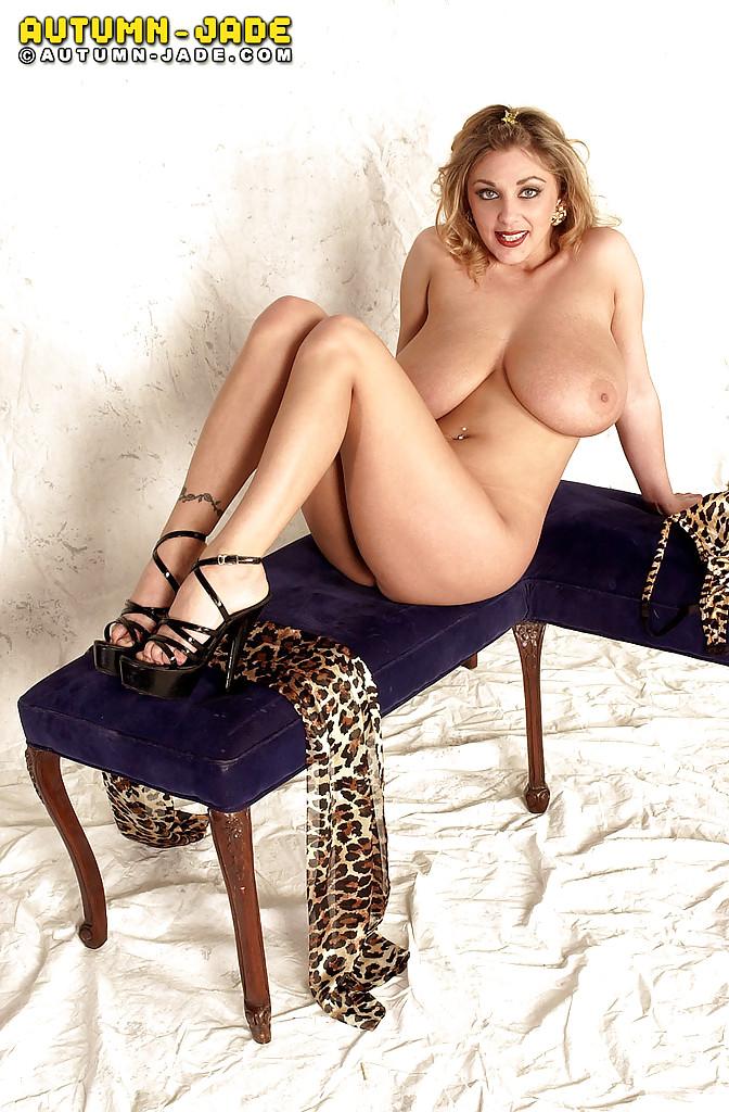 Пышногрудая нимфа поиграла с сосками и показала киску - порно фото