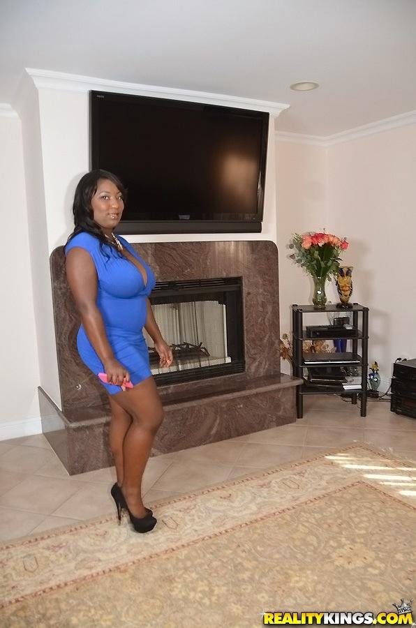 Негритянка оголилась у камина и покрасовалась огромными сиськами - порно фото