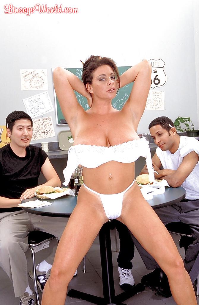 Официантка разделась до нижнего белья и подразнила клиентов - порно фото