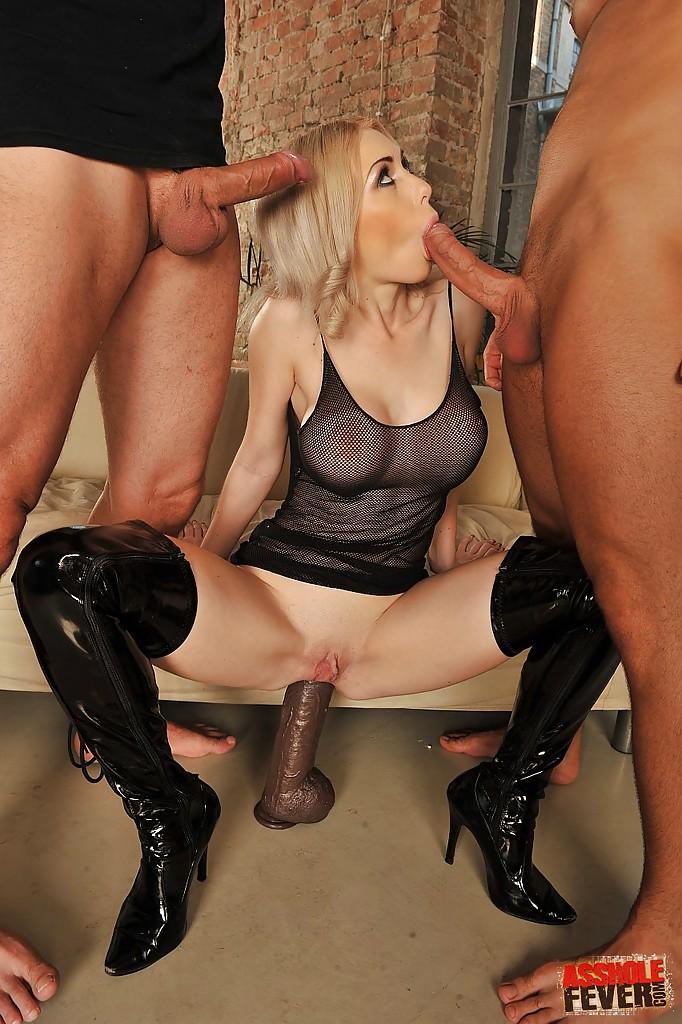 Два члена одновременно вторгаются в попку блондинки - порно фото