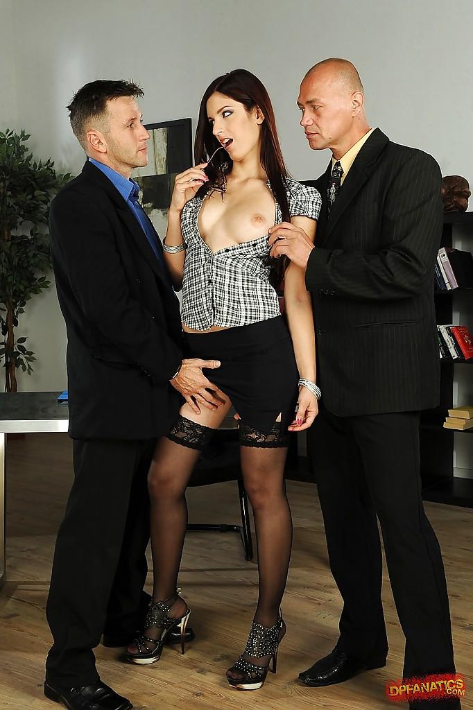 Давалка со стройной фигурой удовлетворяет двоих мужчин в офисе - порно фото
