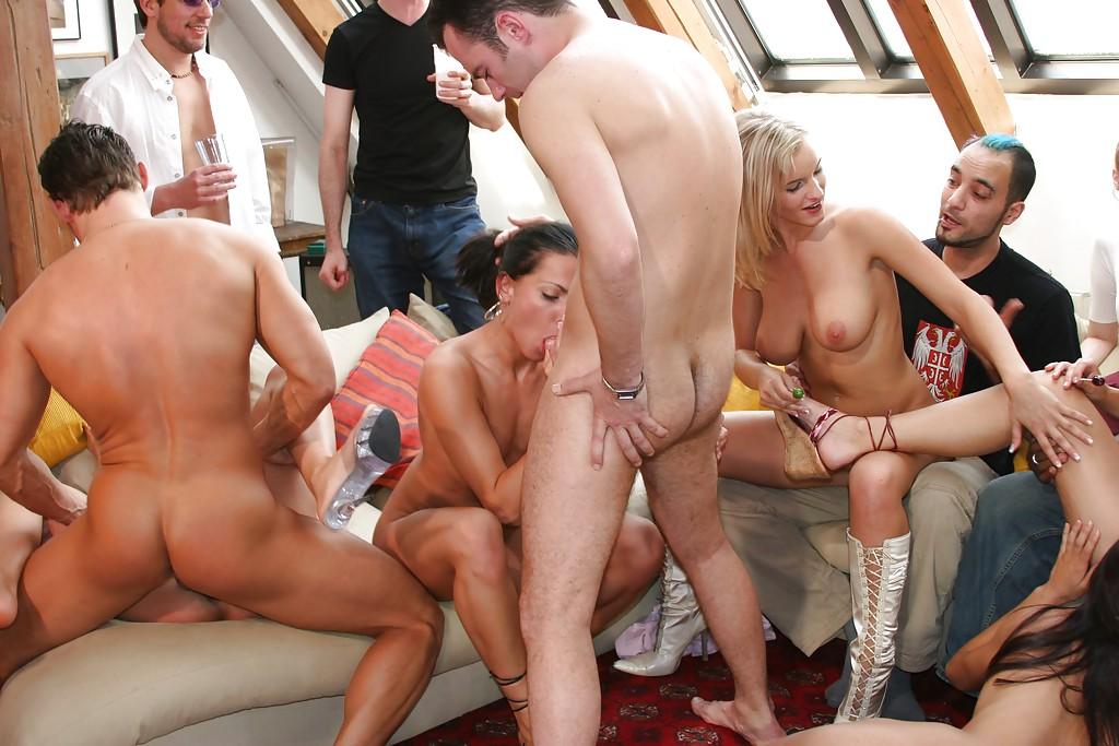 Sandra De Marco устроила в своей квартире горячую оргию - порно фото