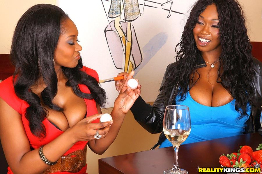 Грудастые смуглянки с большими дойками пьют шампанское за столом - порно фото