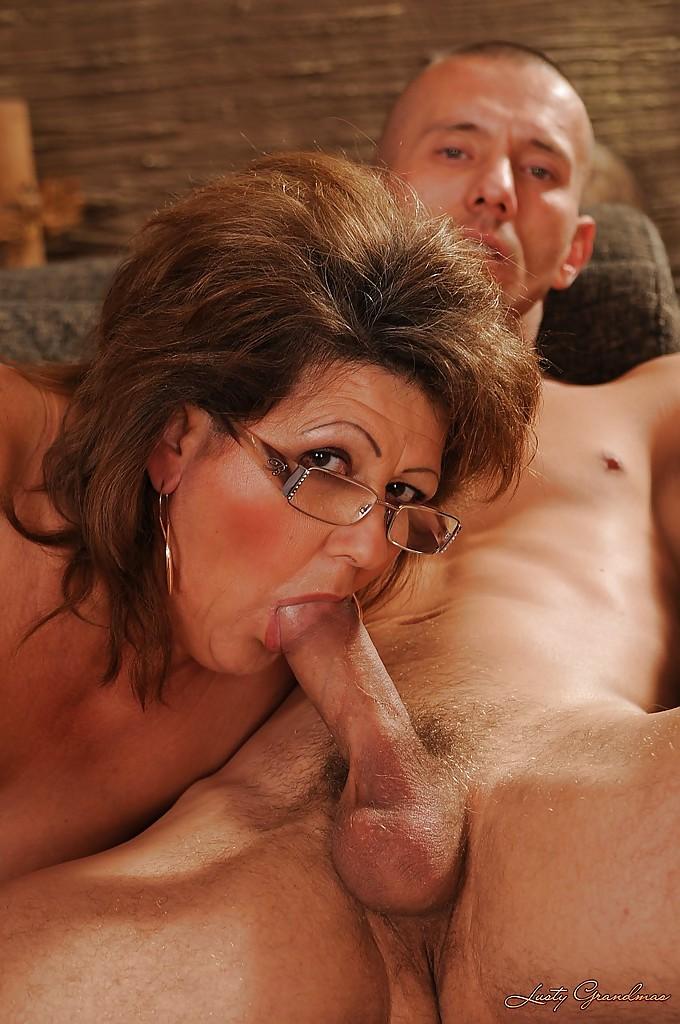 Толстая старуха с обвисшей грудью соблазнила молодого парня - порно фото