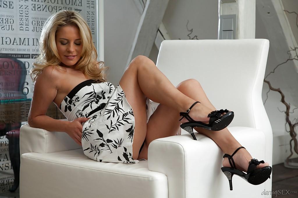 Leony April в красивом платье обнажает худенькое тело - порно фото
