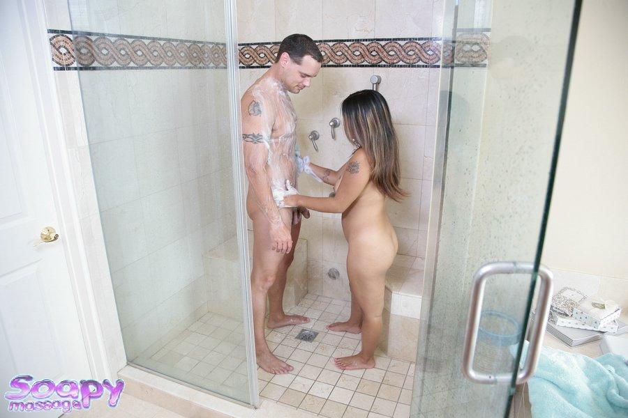 Миниатюрная азиатка моет партнера и дрочит его член в ванной - порно фото