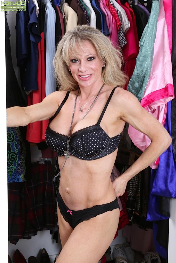 Белокурая мамаша раздевается в гардеробе, демонстрируя большую грудь - порно фото