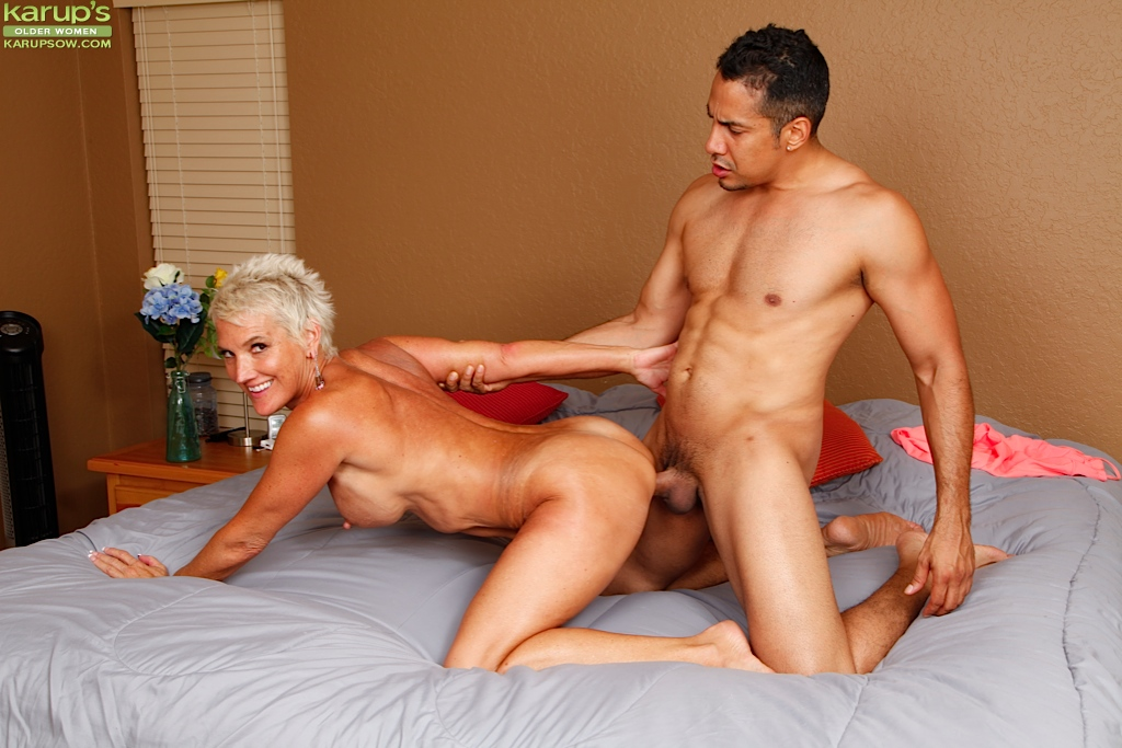 Молодой чувак жарит на кровати белокурую старуху - порно фото