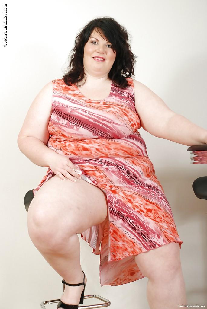 Толстуха с большими дойками раздевается на барном стуле - порно фото
