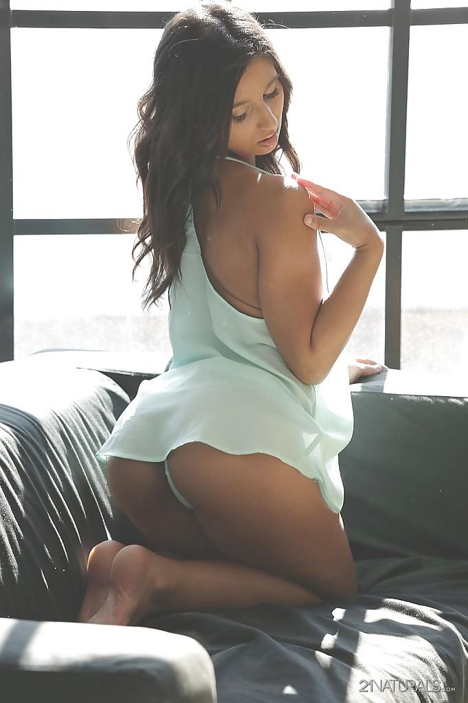 Ria Rodriguez раздевается и дрочит влажную киску на диване - порно фото