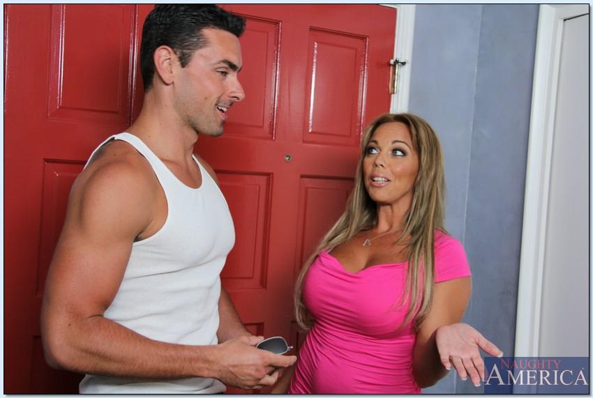 Amber Lynn Bach с силиконовыми сиськами соблазнила партнера - порно фото