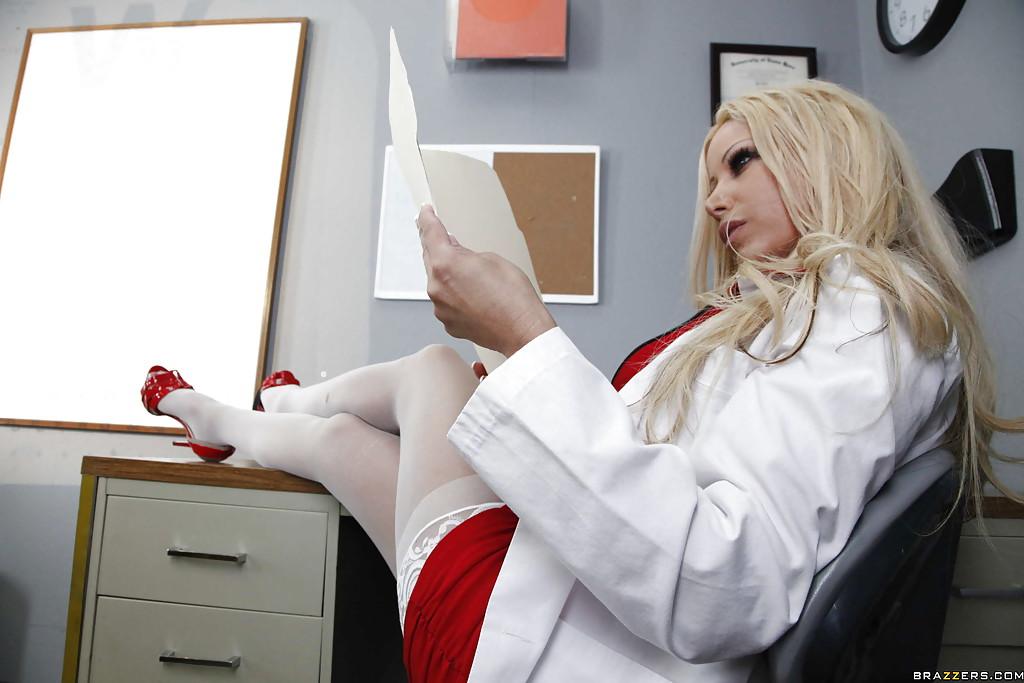 Развратная медсестра занялась сексом с доктором в кабинете - порно фото